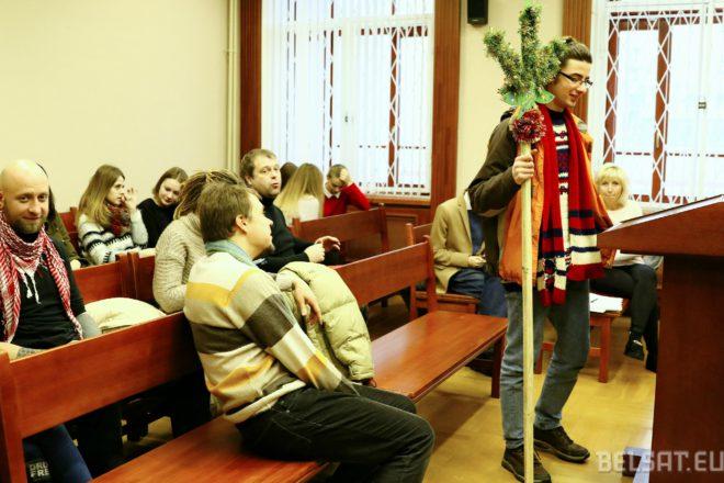 Белсат: Маркелаў прыйшоў на суд з кіём з выяваю канопляў
